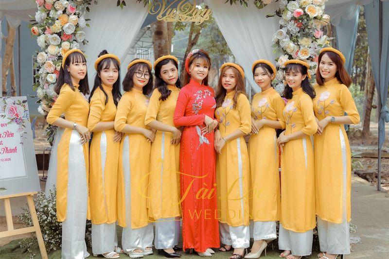 Áo dài bưng quả màu vàng vải nhung