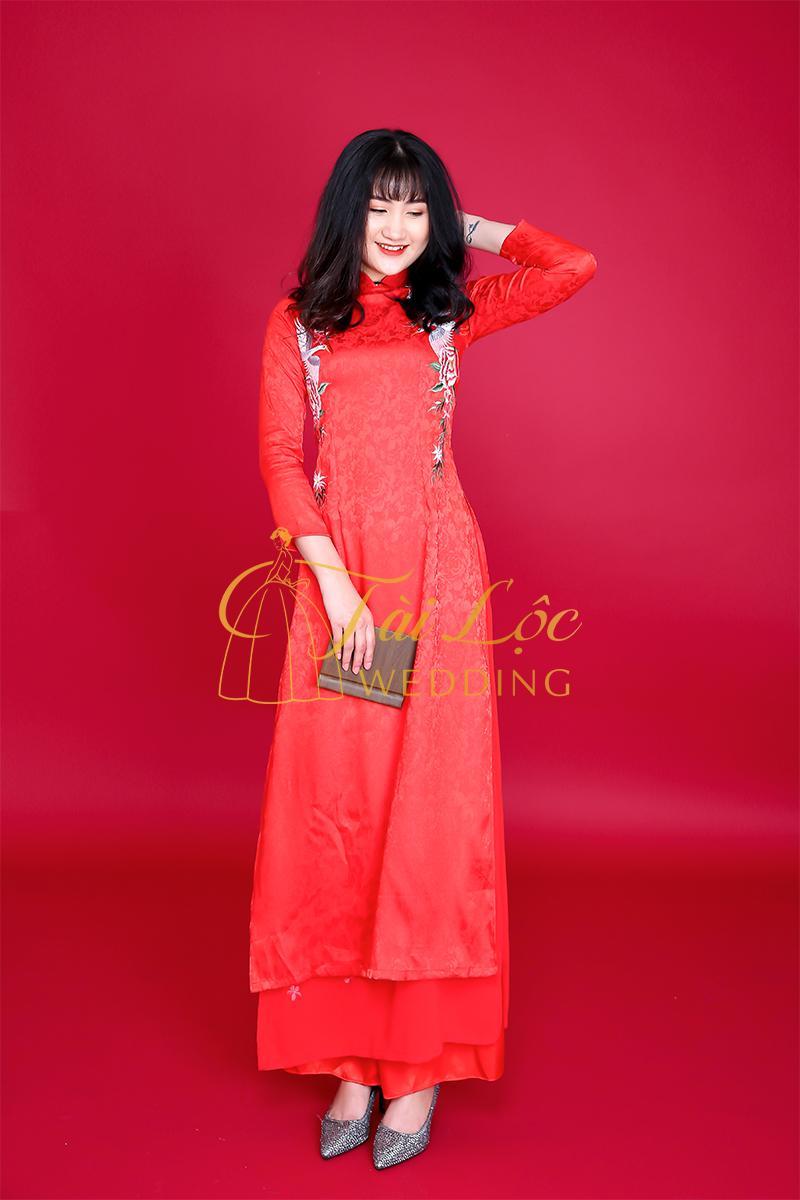 Áo dài cưới đỏ vải gấm họa tiết nhẹ nhàng