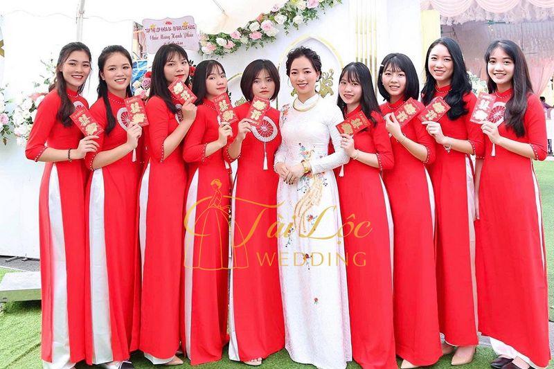 Nhân sự bưng quả Tài Lộc Wedding
